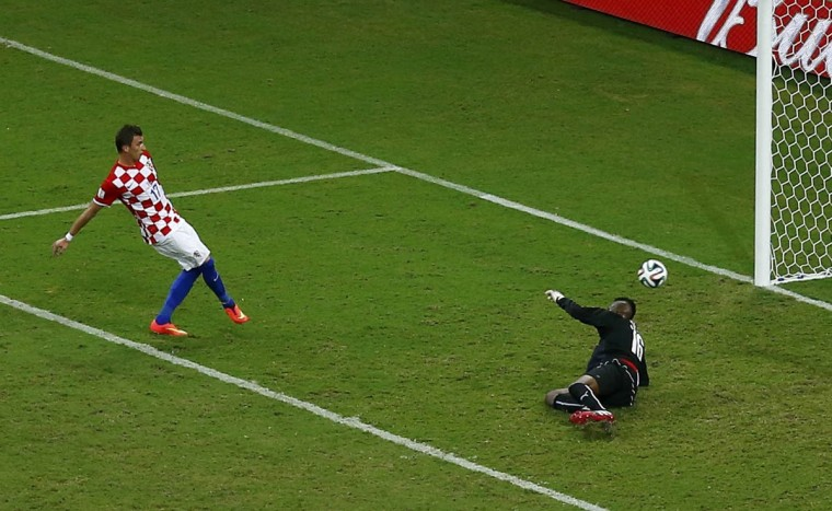 Croatia's Mario Mandzukic (Left) shoots to score his second goal, the team's fourth, during their 2014 World Cup Group A soccer match against Cameroon at the Amazonia arena in Manaus June 18, 2014. (Andres Stapff/Reuters photo)