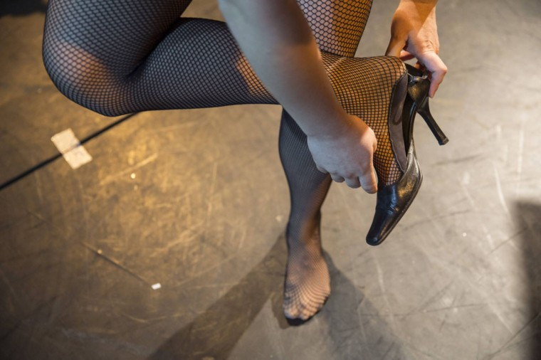 Drag queen Galina Port Des Bras puts on high-heeled shoes before a drag show in Tel Aviv June 9, 2014. The show is part of the city's gay pride week, ending on June 13 with the Gay Pride Parade. Picture taken June 9, 2014. (REUTERS/Baz Ratner)