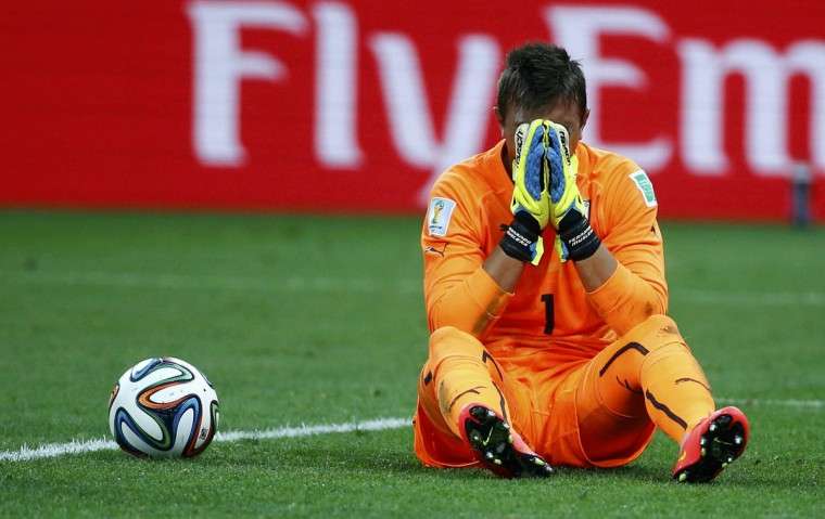Uruguay's goalkeeper Fernando Muslera reacts after colliding with England's Danny Welbeck (unseen) during their 2014 World Cup Group D soccer match at the Corinthians arena in Sao Paulo June 19, 2014. (Damir Sagolj/Reuters photo)