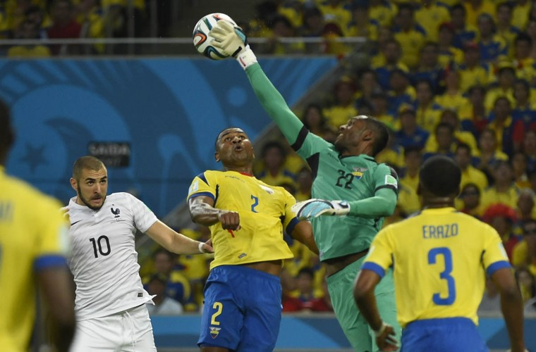 Ecuador's goalkeeper Alexander Dominguez (2nd Right) defends his goal during a Group E football match between Ecuador and France at the Maracana Stadium in Rio de Janeiro during the 2014 FIFA World Cup on June 25, 2014. (Fabrice Coffrini/Getty Images)