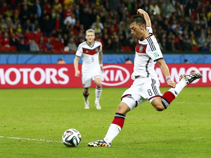 Germany's Mesut Ozil kicks the ball to score a goal against Algeria during extra time in their 2014 World Cup round of 16 game at the Beira Rio stadium in Porto Alegre June 30, 2014. (Darren Staples/Reuters photo)