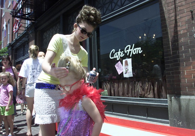 """Chiari Lattanz (cqd) helps Maria Graham, 4, with her hairdo at the """"Honfest 2002"""" competion at Cafe Hon in Hampden, Md Saturday afternoon June 8, 2002. Photographers in photo are Greg Pease ,center and Marty Katz, right. (Sun Photo/ Matt Houston)"""