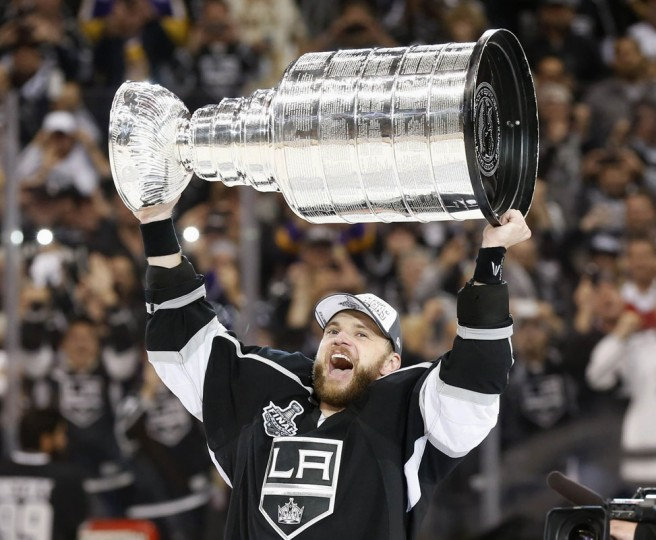 Los Angeles Kings' Marian Gaborik celebrates with the Stanley Cup after the Kings' defeated the New York Rangers in Game 5 of their NHL Stanley Cup Finals hockey series in Los Angeles, California, June 13, 2014. (Lucy Nicholson/Reuters)