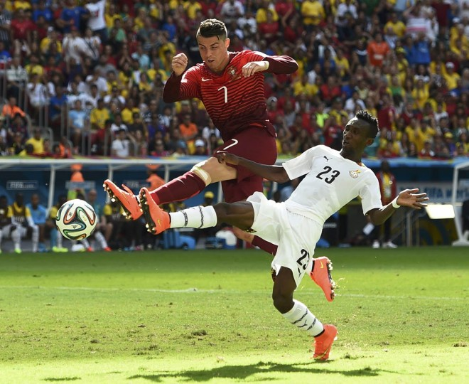 Portugal's Cristiano Ronaldo (Left) fights for the ball with Ghana's Harrison Afful during their 2014 World Cup Group G soccer match at the Brasilia national stadium in Brasilia June 26, 2014. (Dylan Martinez/Reuters photo)