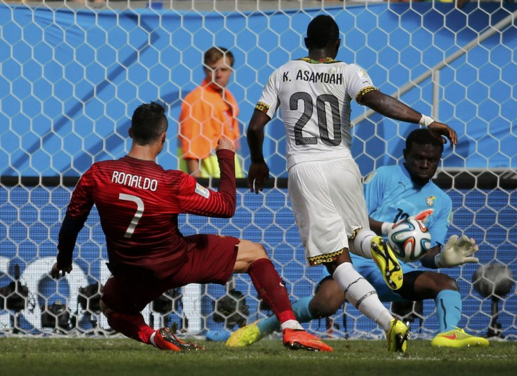 Portugal's Cristiano Ronaldo (Left) watches as his shot is saved by Ghana's Fatau Dauda during their 2014 World Cup Group G soccer match at the Brasilia national stadium in Brasilia June 26, 2014. (Jorge Silva/Reuters photo)