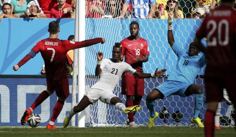 Portugal's Cristiano Ronaldo scores past Ghana's goalkeeper Fatau Dauda and John Boye during their 2014 World Cup Group G soccer match at the Brasilia national stadium in Brasilia June 26, 2014. (Jorge Silva/Reuters photo)