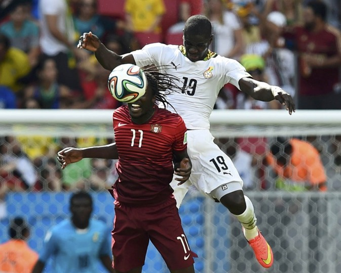 Portugal's Eder fights for the ball with Ghana's Jonathan Mensah (Right) during their 2014 World Cup Group G soccer match at the Brasilia national stadium in Brasilia June 26, 2014. (Dylan Martinez/Reuters photo)