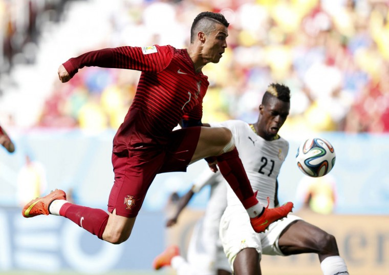 Portugal's Cristiano Ronaldo (Left) fights for the ball with Ghana's John Boye during their 2014 World Cup Group G soccer match at the Brasilia national stadium in Brasilia June 26, 2014. (Ueslei Marcelino/Reuters photo)