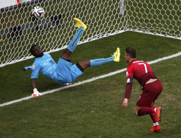 Portugal's Cristiano Ronaldo (Right) watches the ball after Ghana's goalkeeper Fatau Dauda made a save during their 2014 World Cup Group G soccer match at the Brasilia national stadium in Brasilia June 26, 2014. (David Gray/Reuters photo)