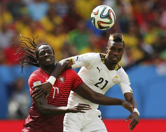 Portugal's Eder (Left) fights for the ball with Ghana's John Boye during the 2014 World Cup Group G soccer match at the Brasilia national stadium in Brasilia June 26, 2014. (Ueslei Marcelino/Reuters photo)