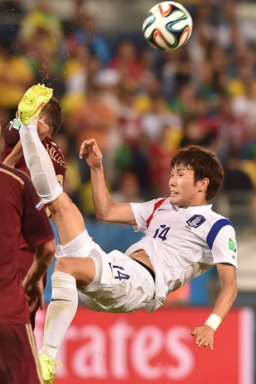 South Korea's midfielder Han Kook-Young (Right) vies for the ball during the Group H football match between Russia and South Korea in the Pantanal Arena in Cuiaba during the 2014 FIFA World Cup on June 17, 2014. (Kirill Kudryavtsev/Getty Images)