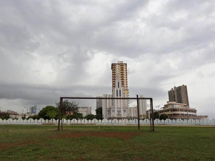 A soccer goalpost stands in a field in the Vedado neighborhood of Havana, Cuba on June 1, 2014. (REUTERS/Enrique De La Osa)