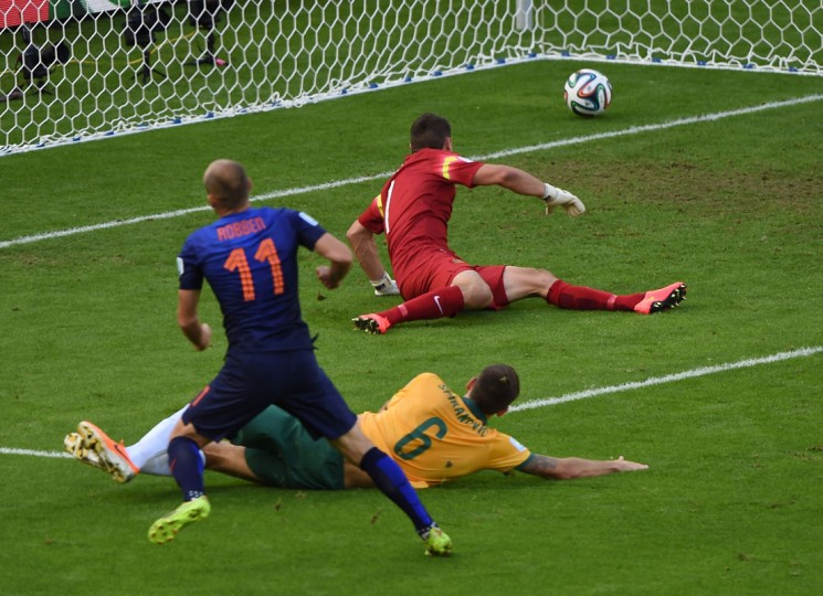Netherlands' forward Arjen Robben (L) scores during a Group B football match between Australia and the Netherlands at the Beira-Rio Stadium in Porto Alegre during the 2014 FIFA World Cup on June 18, 2014. (Luis Actosta/AFP/Getty Images)