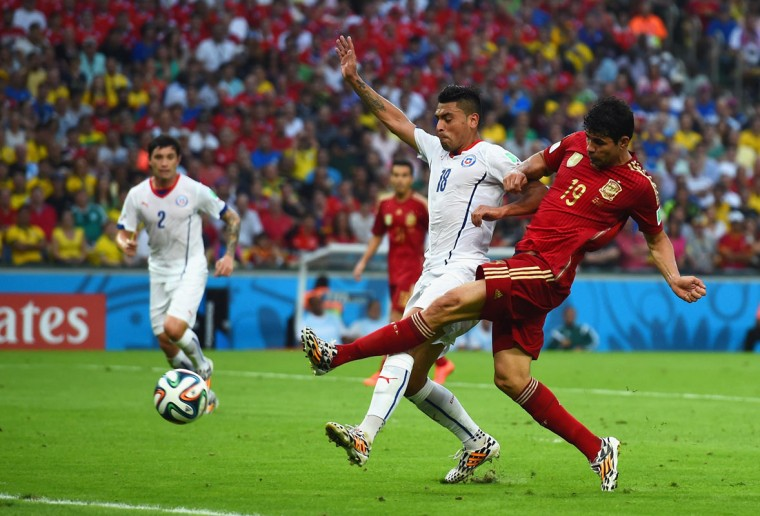 Diego Costa of Spain shoots against Gonzalo Jara of Chile during the 2014 FIFA World Cup Brazil Group B match between Spain and Chile at Maracana on June 18, 2014 in Rio de Janeiro, Brazil. (Photo by Matthias Hangst/Getty Images)