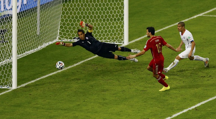 Spain's Sergio Busquets (C) misses a goal scoring opportunity against Chile during their 2014 World Cup Group B soccer match at the Maracana stadium in Rio de Janeiro June 18, 2014. (Ricardo Moraes/Reuters)