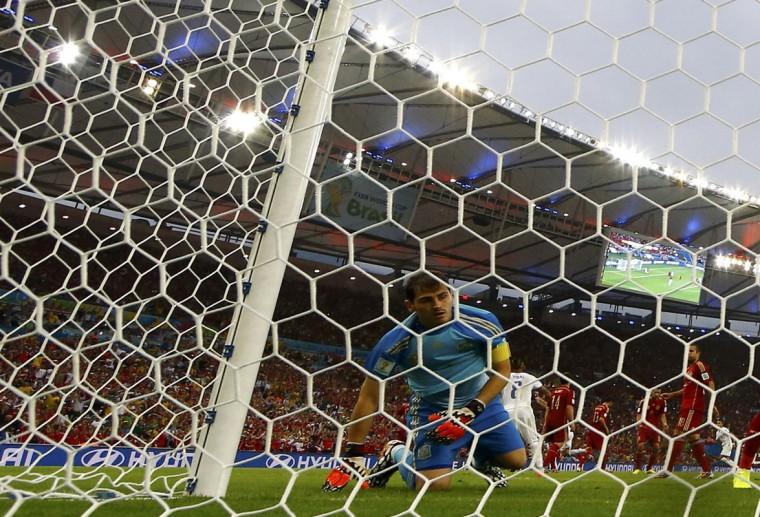 Spain's goalkeeper Iker Casillas reacts after Chile's Charles Aranguiz scored a goal during the 2014 World Cup Group B soccer match at the Maracana stadium in Rio de Janeiro June 18, 2014. (Jorge Silva/Reuters)
