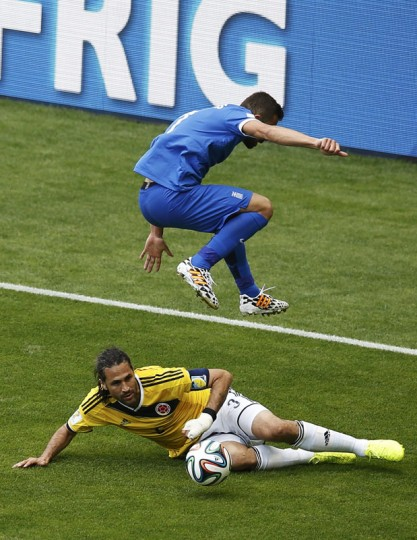 Colombia's Mario Yepes (bottom) fights for the ball with Greece's Giannis Maniatis during their 2014 World Cup Group C soccer match at the Mineirao stadium in Belo Horizonte June 14, 2014. (Leonhard Foeger/Reuters)