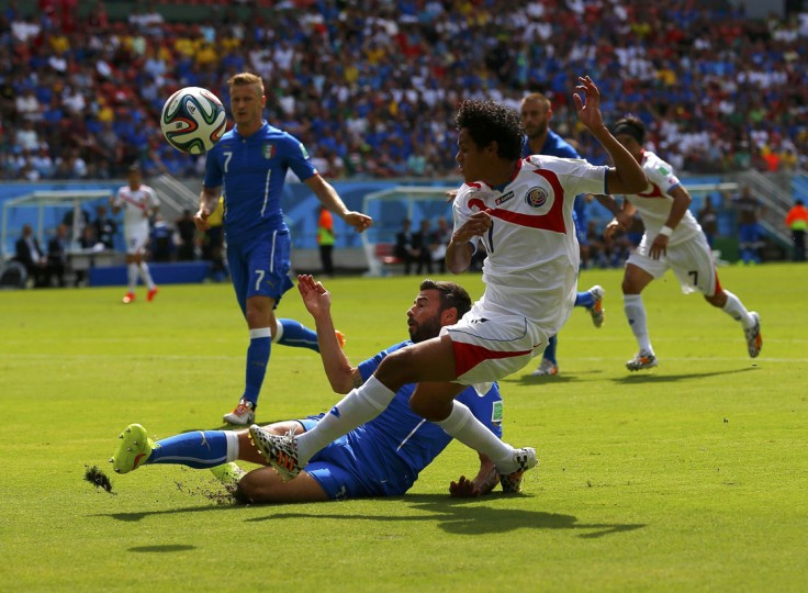 Costa Rica's Yeltsin Tejeda (R) fights for the ball with Italy's Andrea Barzagli during their 2014 World Cup Group D soccer match at the Pernambuco arena in Recife June 20, 2014. (Brian Snyder/Reuters)