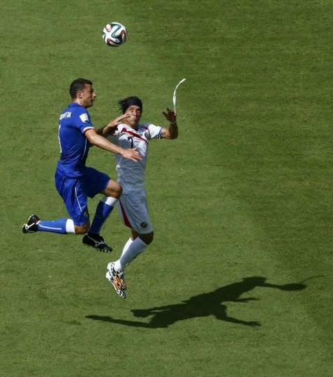 Italy's Thiago Motta (L) and Costa Rica's Christian Bolanos jump for the ball during their 2014 World Cup Group D soccer match at the Pernambuco arena in Recife June 20, 2014. (Ruben Sprich/Reuters)