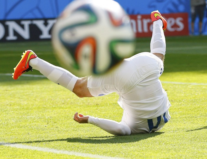 England's Wayne Rooney falls on the ground during their 2014 World Cup Group D soccer match against Costa Rica at the Mineirao stadium in Belo Horizonte June 24, 2014. (Damir Sagolj/Reuters)