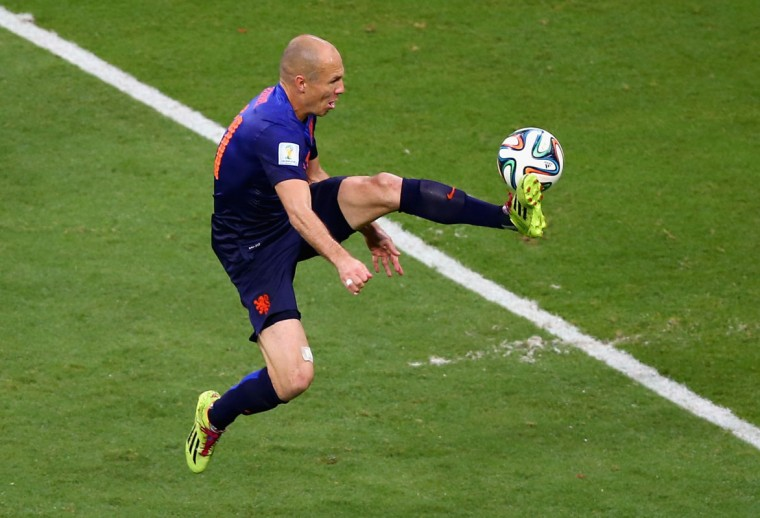 Arjen Robben of the Netherlands controls the ball for scoring the second goal during the 2014 FIFA World Cup Brazil Group B match between Spain and Netherlands at Arena Fonte Nova on June 13, 2014 in Salvador, Brazil. (Photo by Jeff Gross/Getty Images)