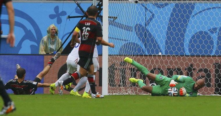 Germany's Thomas Mueller (L) misses a scoring opportunity against goalkeeper Tim Howard of the U.S. (R) during their 2014 World Cup Group G soccer match at the Pernambuco arena in Recife June 26, 2014. (Brian Snyder/Reuters)