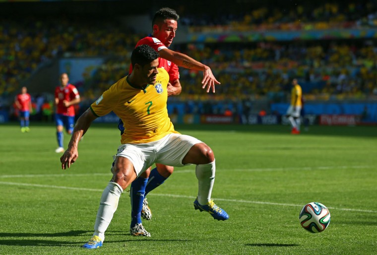 Hulk of Brazil controls the ball against Mauricio Isla of Chile during the 2014 FIFA World Cup Brazil round of 16 match between Brazil and Chile at Estadio Mineirao on June 28, 2014 in Belo Horizonte, Brazil. (Photo by Quinn Rooney/Getty Images)