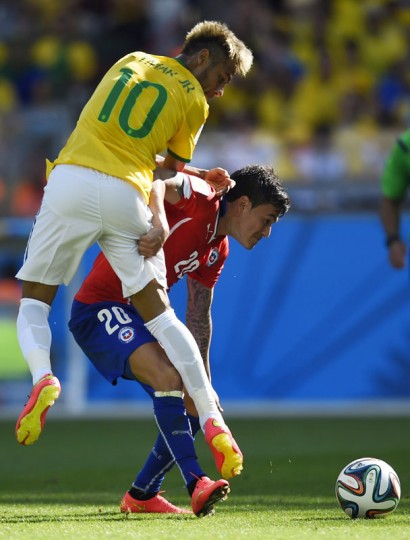 Brazil's forward Neymar (L) challenges Chile's midfielder Charles Aranguiz during the round of 16 football match between Brazil and Chile at The Mineirao Stadium in Belo Horizonte during the 2014 FIFA World Cup on June 28, 2014. (Fabrice Conffrini/AFP/Getty Images)
