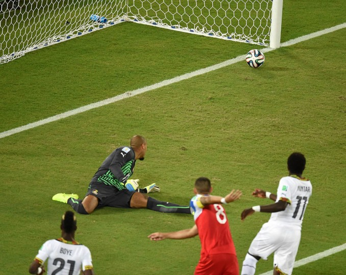 US forward Clint Dempsey (Center) scores during a Group G football match between Ghana and US at the Dunas Arena in Natal during the 2014 FIFA World Cup on June 16, 2014. (Javier Soriano/Getty Images)