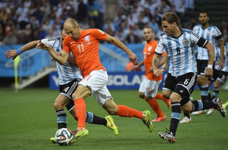 (From L-R) Argentina's defender Pablo Zabaleta, Netherlands' forward Arjen Robben and Argentina's midfielder Lucas Biglia vie for the ball during the semi-final football match between Netherlands and Argentina of the FIFA World Cup at The Corinthians Arena in Sao Paulo on July 9, 2014. (Odd Andersen/Getty Images)