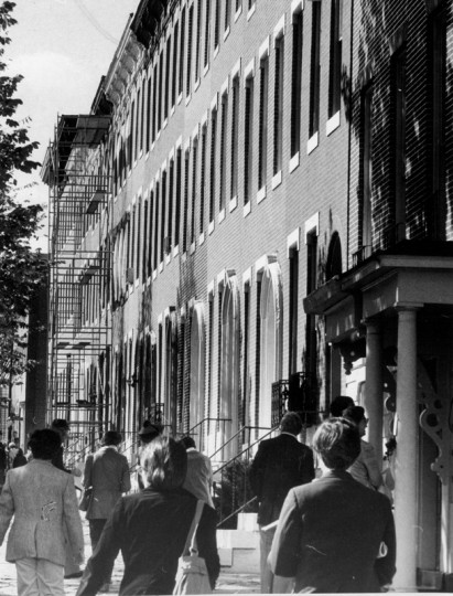 Visitors flock to a home tour in the 1500 block of Hollins in Union Square. (Richard Childress/Baltimore Sun/Oct. 16, 1978)