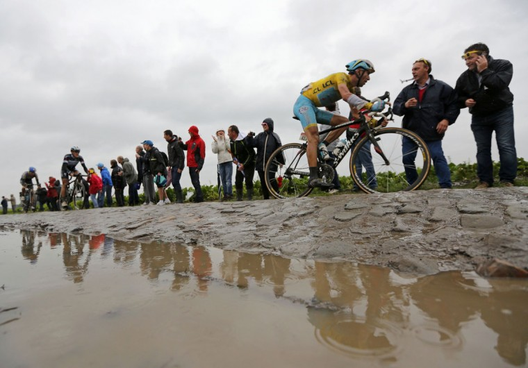 Astana team rider Vincenzo Nibali of Italy cycles on a cobble-stoned section during the 155.5 km fifth stage of the Tour de France cycling race from Ypres Belgium to Arenberg Porte du Hainaut July 9, 2014. REUTERS/Jean-Paul Pelissier