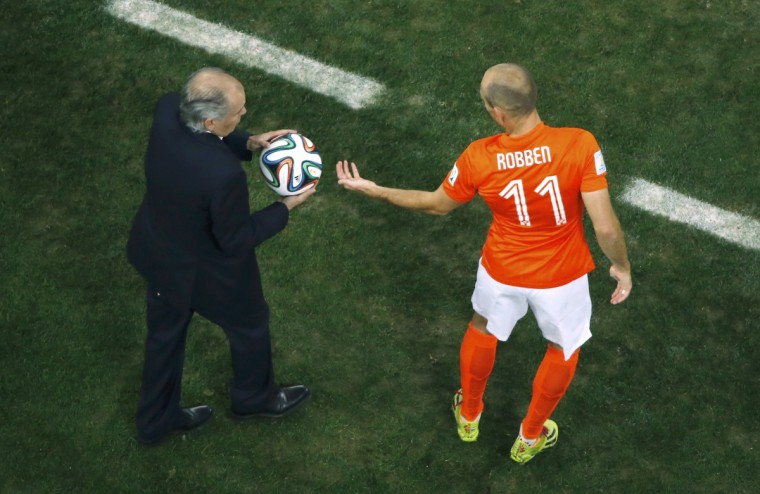Arjen Robben of the Netherlands takes the ball during the 2014 World Cup semi-finals between Argentina and the Netherlands at the Corinthians arena in Sao Paulo July 9, 2014. (Fabrizio Bensch/Reuters)