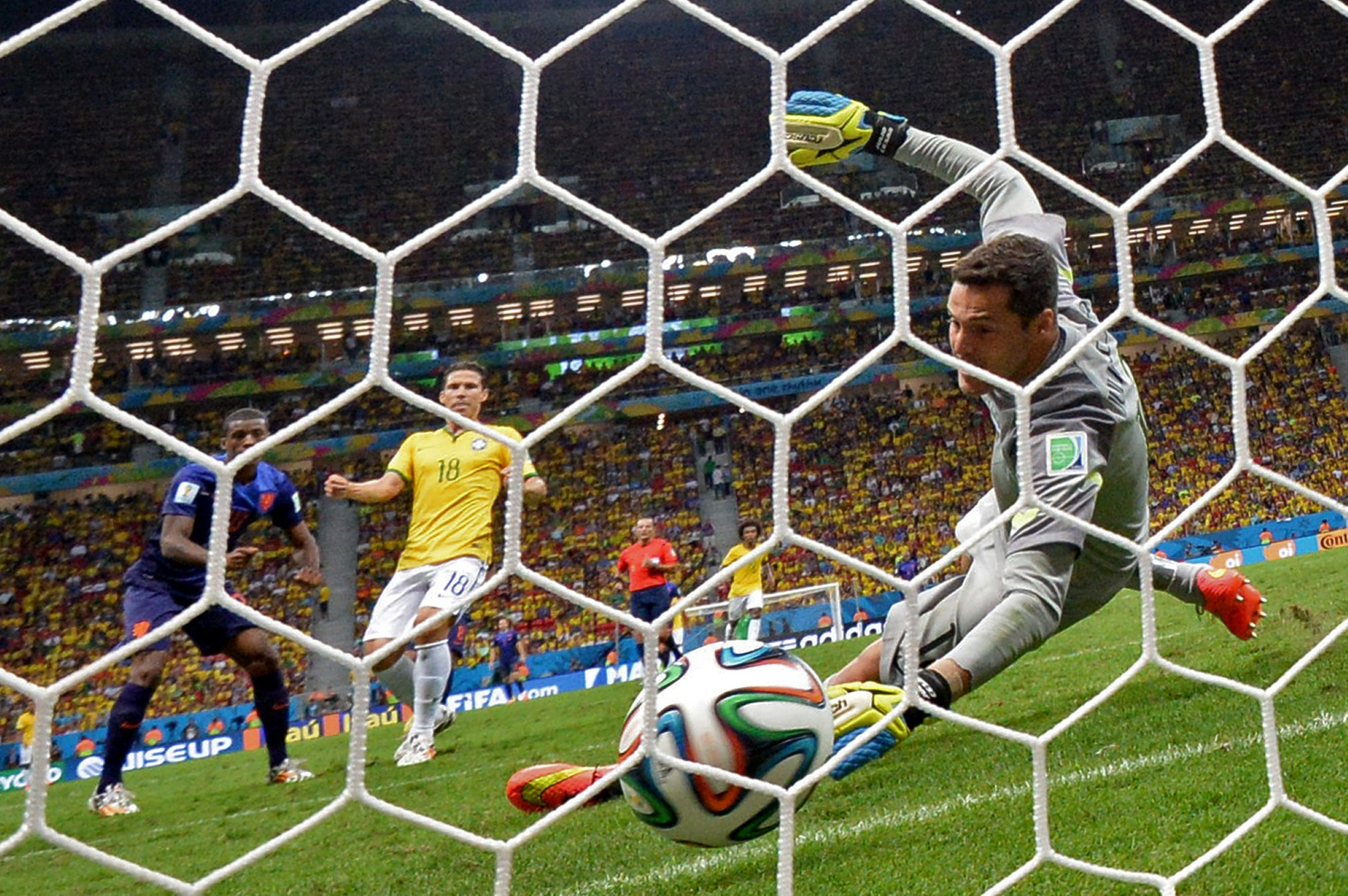 2014 FIFA World Cup: Netherlands pounds Brazil 3-0 in third-place game