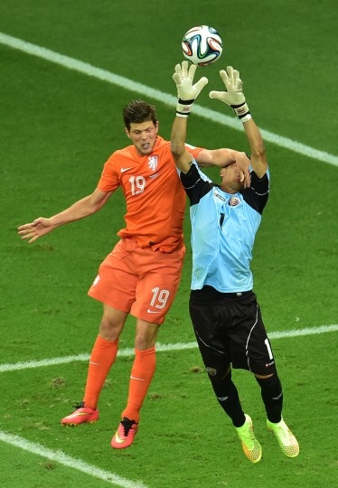 Netherlands' forward Klaas-Jan Huntelaar (L) vies with Costa Rica's goalkeeper Keylor Navas during a quarter-final football match between Netherlands and Costa Rica at the Fonte Nova Arena in Salvador during the 2014 FIFA World Cup. (Gabriel Buoys/AFP-Getty Images)