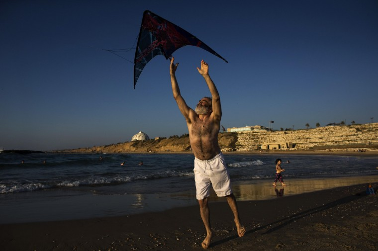 An Israeli man tries to fly a kite on the beach at the southern Israeli city of Ashkelon. Israel will extend a humanitarian truce in the Gaza Strip by a further four hours, a government source said on Saturday, as the number of Palestinian deaths in the 19-day war topped 1,000. (Ronen Zvulun/Reuters)