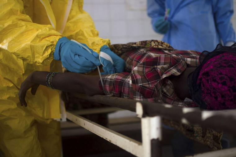 Medical staff take a blood sample from a suspected Ebola patient at the government hospital in Kenema, July 10, 2014. (REUTERS/Tommy Trenchard)