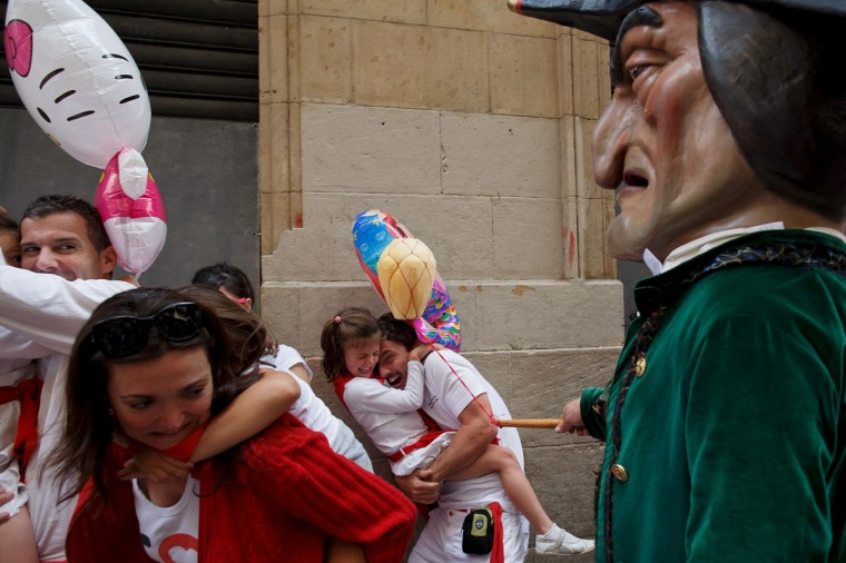 Caravinagre 'Vinegar face' kiliki hits a girl during the Comparsa de Gigantes y Cabezudos 'Giants and Big Heads parade' during the second day of the San Fermin Running Of The Bulls festival on July 7, 2014 in Pamplona, Spain. (Photo by Pablo Blazquez Dominguez/Getty Images)
