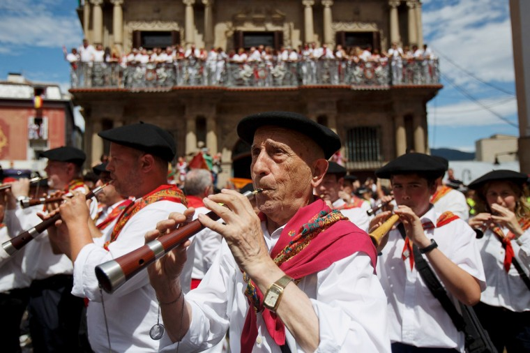 A band plays music during the opening and the firing of the 'Chupinazo' rocket, which starts the 2014 Festival of the San Fermin Running of the Bulls on July 6, 2014 in Pamplona, Spain. (Photo by Pablo Blazquez Dominguez/Getty Images)