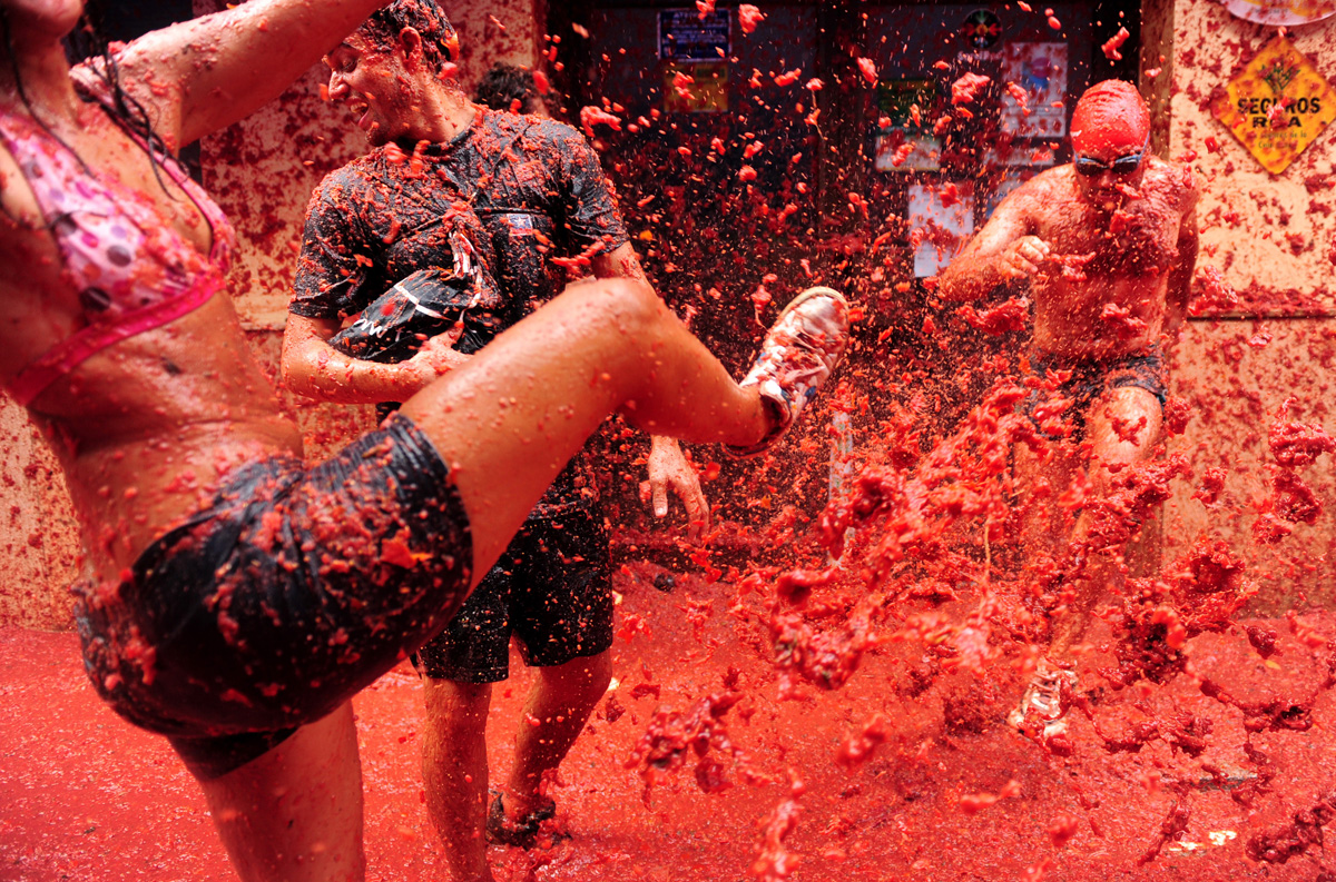 La Tomatina: 20,000 people, 130 tons of tomatoes, 1 big food fight