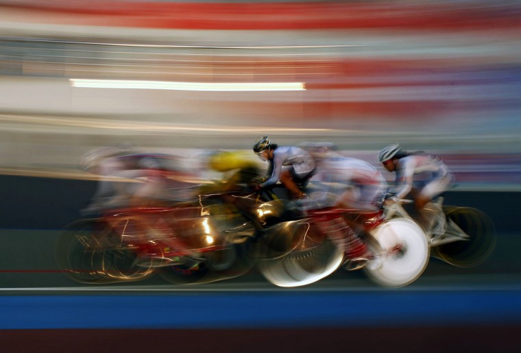 The pack races in the track cycling women's omnium 25km point race at the Incheon International Velodrome during the 17th Asian Games September 25, 2014. )REUTERS/Kim Hong-Ji)