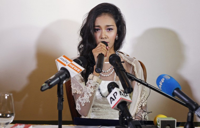 Myanmar's former beauty queen May Myat Noe gives a news conference at a restaurant in Yangon September 2, 2014. May Myat Noe, who was crowned 2014 Miss Asia Pacific in May, disappeared with the $100,000 jewelled crown after being stripped of the title for being rude and dishonest, organisers said. May Myat Noe denied any wrongdoing and said she would not return the crown until she received an apology from the organisers, media reported. (REUTRS/Soe Zeya Tun)