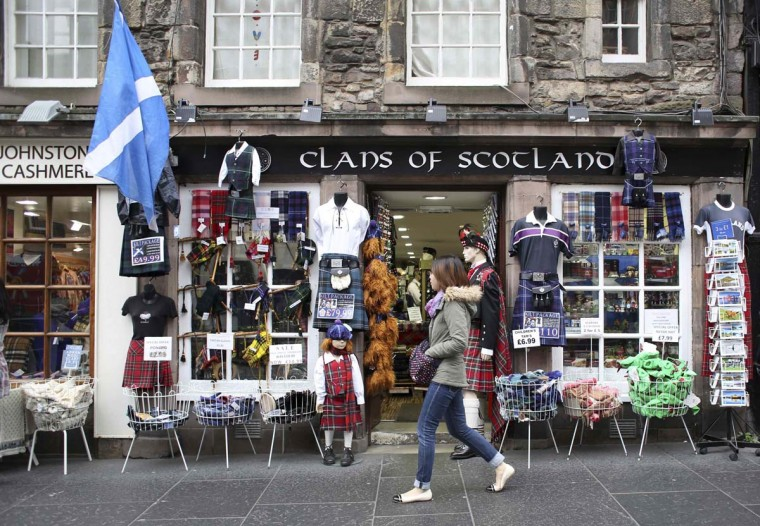 A pedestrian walks past a shop selling Scottish memorabilia in Edinburgh, Scotland September 12.The referendum on Scottish independence will take place on September 18, when Scotland will vote whether or not to end the 307-year-old union with the rest of the United Kingdom.  || PHOTO CREDIT: PAUL HACKETT  - REUTERS