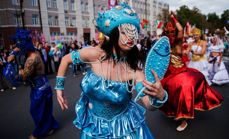 Performers entertain the crowds during City Day celebrations in central Moscow. (Alexander Utkin/AFP-Getty Images)