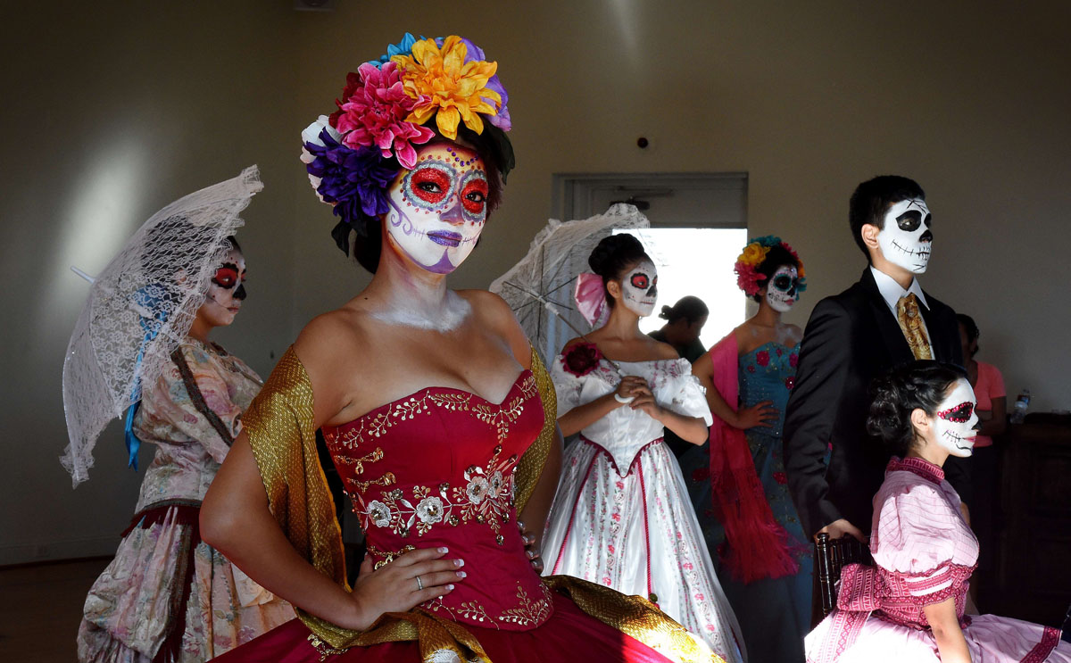 day dead essay mexican Day of the dead essay day of the dead has also taken hold in areas with a high mexican immigrant population the day of the dead is celebrated on november 1.
