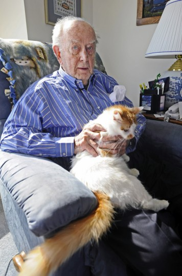 Former Governor William Donald Schaefer poses with his new pet cat , named Willie IV. (Kenneth K. Lam/Baltimore Sun)