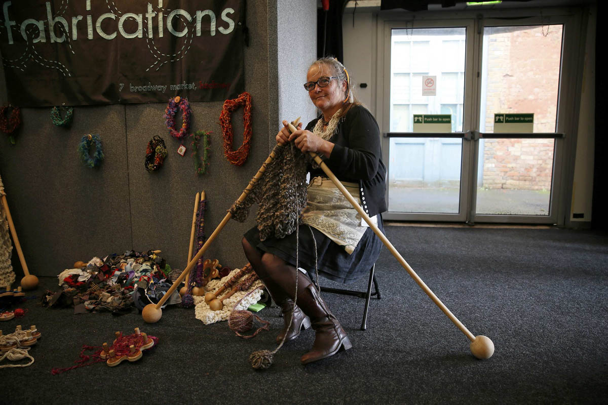 Knitting Events London : A woman knits with large knitting needles during the