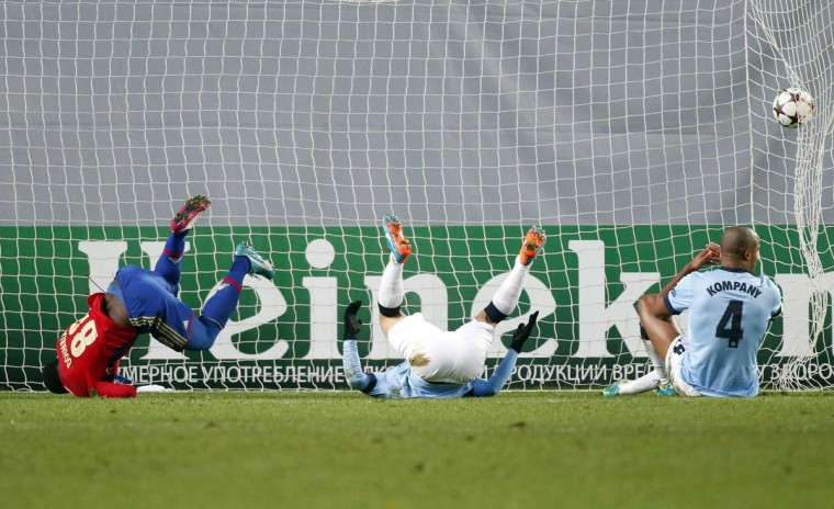 Manchester City's Vincent Kompany (R) and Pablo Zabaleta (C) fail to save a goal by CSKA Moscow's Seydou Doumbia during their Champions League Group E soccer match at the Arena Khimki outside Moscow, October 21, 2014. (REUTERS/Maxim Zmeyev)