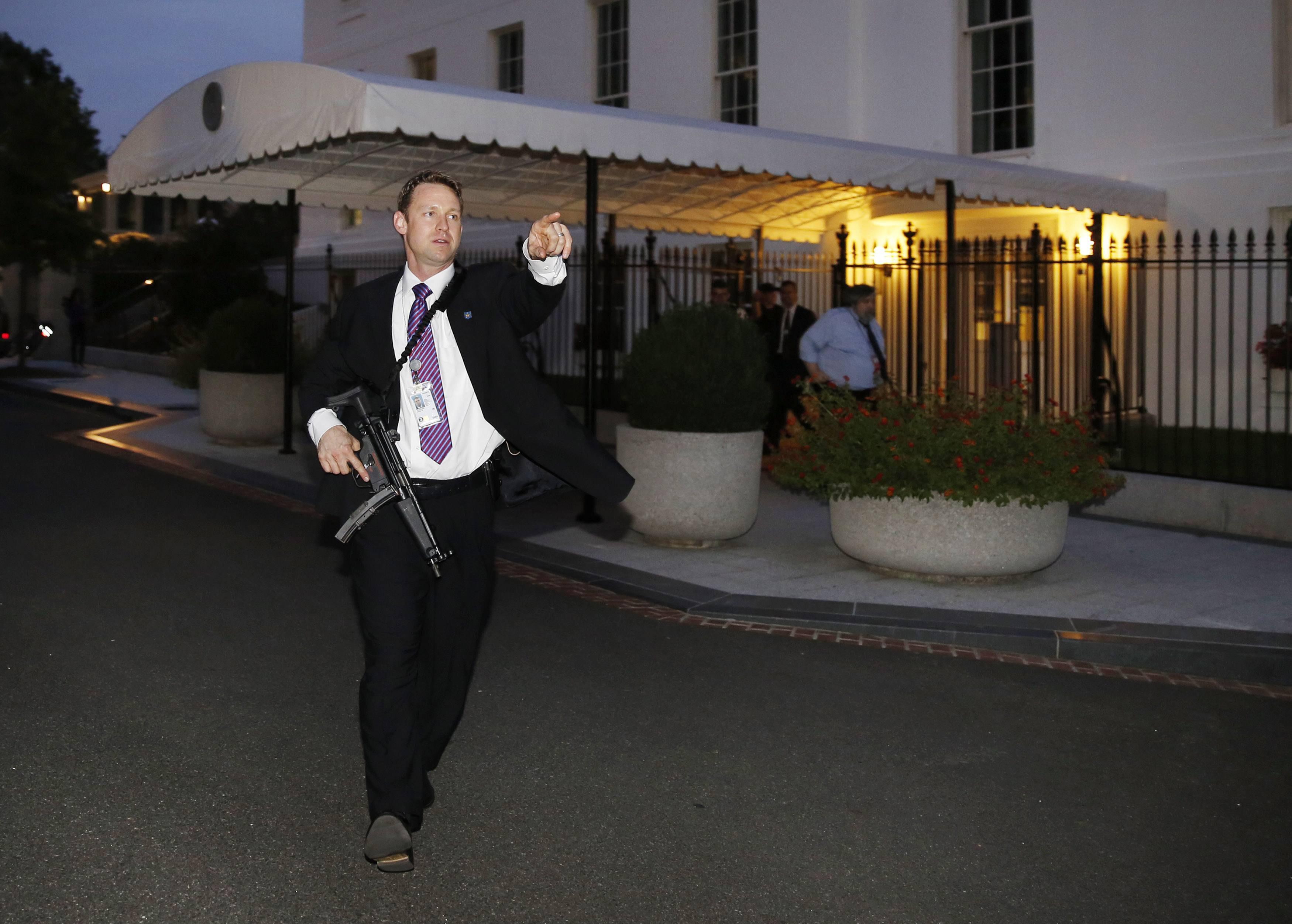The secret service detail surrounding president obama for Barack obama a la maison blanche