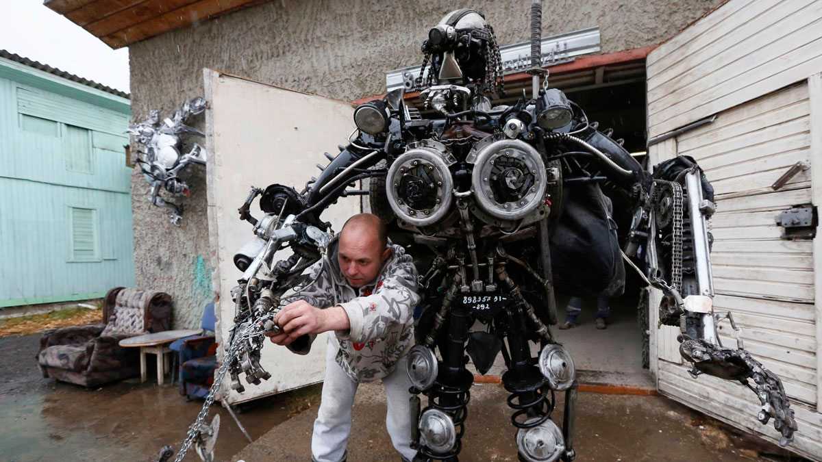 "An ""Alien Samurai"" robot, a drone invades a soccer match, migrants on the Spanish fence 
